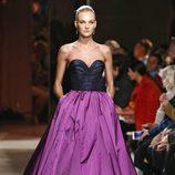 Vestido de escote corazón de la colección otoño/invierno 2015/2015 de Oscar de la Renta en Nueva York Fashion Week