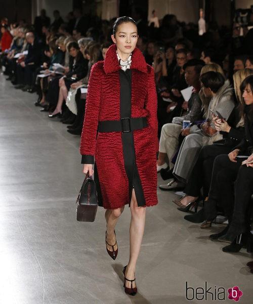Abrigo rojo de la colección otoño/invierno 2015/2015 de Oscar de la Renta en Nueva York Fashion Week