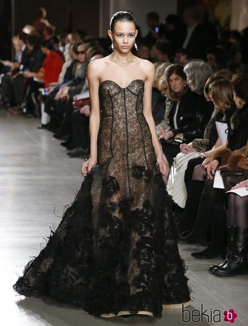 Vestido negro con transparencias de la colección otoño/invierno 2015/2015 de Oscar de la Renta en Nueva York Fashion Week