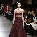 Vestido burdeos de la colección otoño/invierno 2015/2015 de Oscar de la Renta en Nueva York Fashion Week