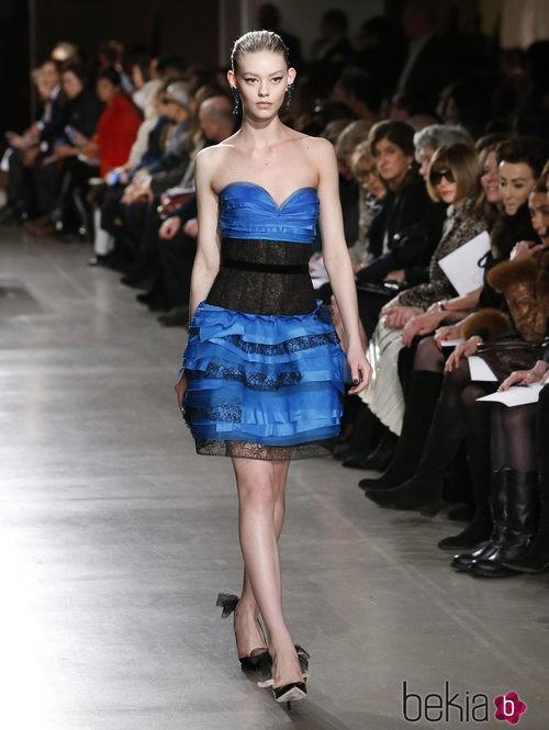 Vestido azul corto de la colección otoño/invierno 2015/2015 de Oscar de la Renta en Nueva York Fashion Week