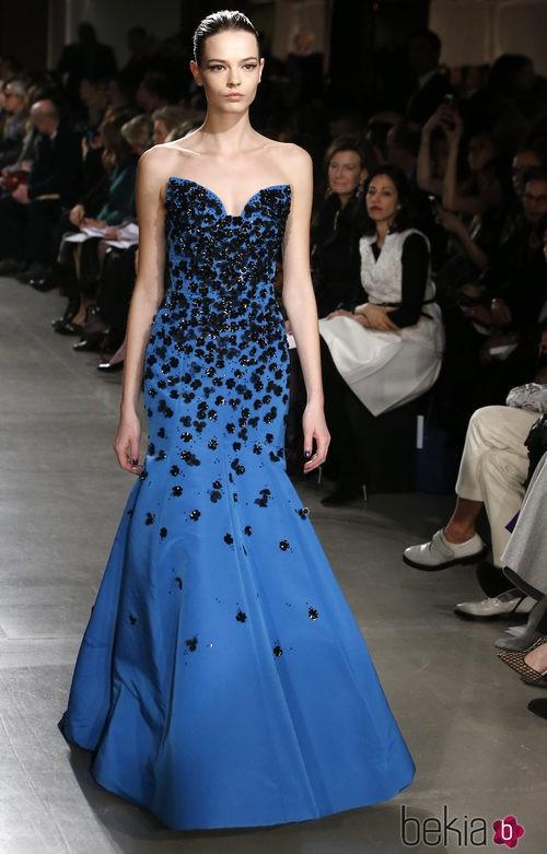 Vestido azul largo de la colección otoño/invierno 2015/2015 de Oscar de la Renta en Nueva York Fashion Week