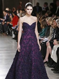 Vestido malva de la colección otoño/invierno 2015/2015 de Oscar de la Renta en Nueva York Fashion Week