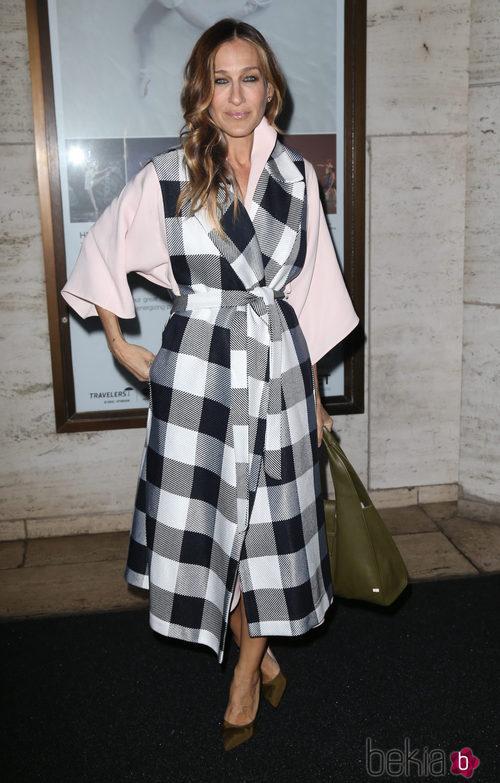 Sarah Jessica Parker con un abrigo de cuadros en el front row de Nueva York Fashion Week