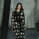 Abrigo de cuadros en el desfile de Phillip Lim en Nueva York Fashion Week otoño/invierno 2015/2016