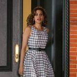 Eva Mendes con un vestido de cuadros grabando un spot