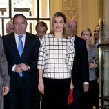 La Reina Letizia con un jersey de cuadros de Designer Remix