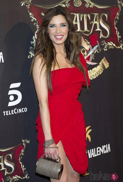 Pilar Rubio con un vestido rojo asimétrico y drapeado