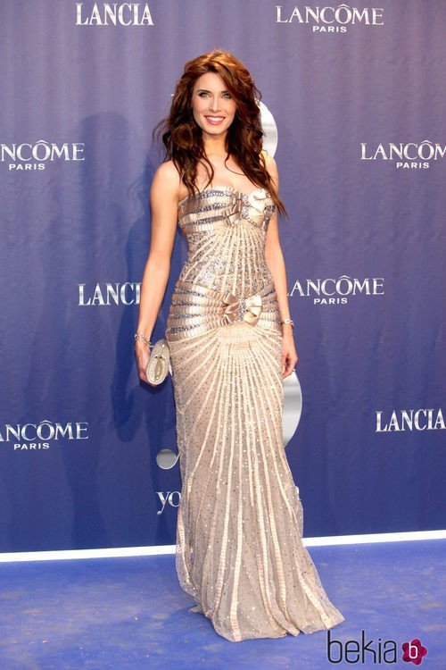Pilar Rubio con un vestido sirena en tono champagne adornado con lazos y lentejuelas plateadas