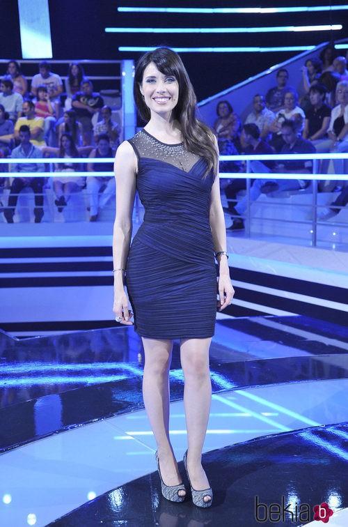 Pilar Rubio con un vestido azul marino drapeado con transparencias y tachuelas