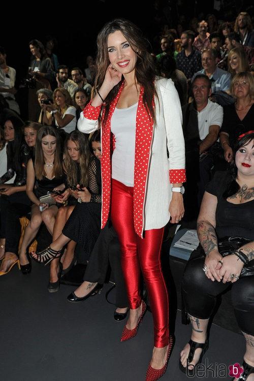 Pilar Rubio con un look rojiblanco: americana con lunares, leggins brillantes y tacones con tachuelas