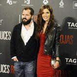 Pilar Rubio con un ajustado vestido rojo y una cazadora de cuero negra con tachuelas