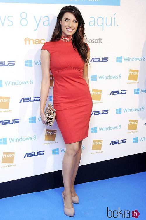 Pilar Rubio con un vestido rojo con tachuelas en el cuello, tacones nude y clutch print animal