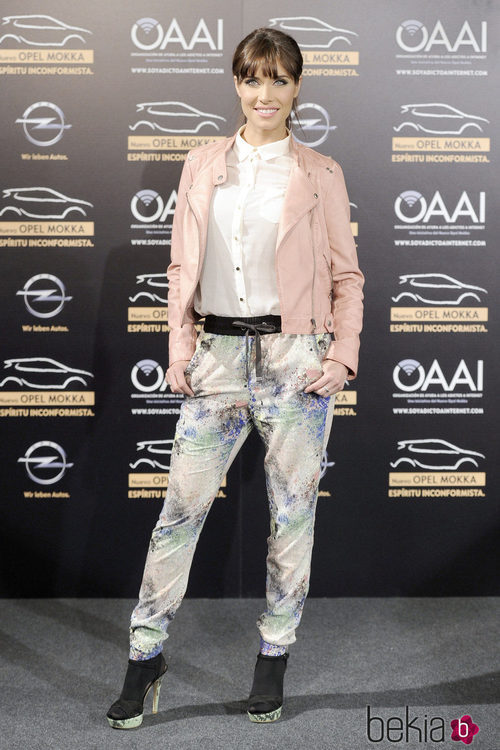 Pilar Rubio combina una cazadora de cuero rosa con una camisa blanca y pantalones baggy en tonos pastel