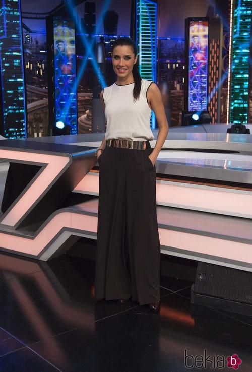 Pilar Rubio con una blusa blanca, un pantalón negro ancho y un cinturón dorado