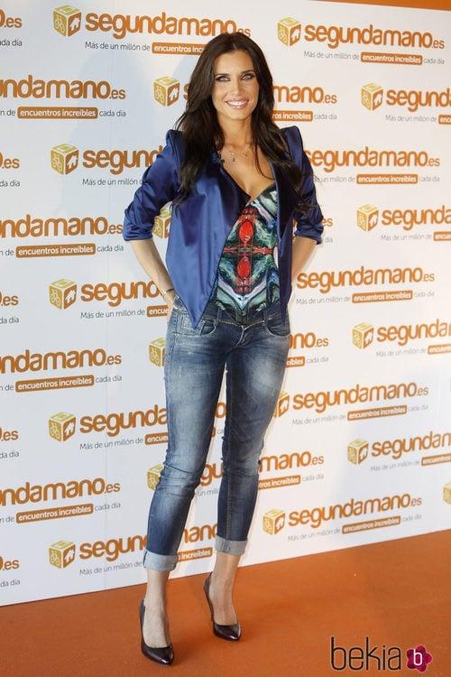 Pilar Rubio con americana de raso con hombreras de color azul eléctrico, corsé y vaqueros pirata