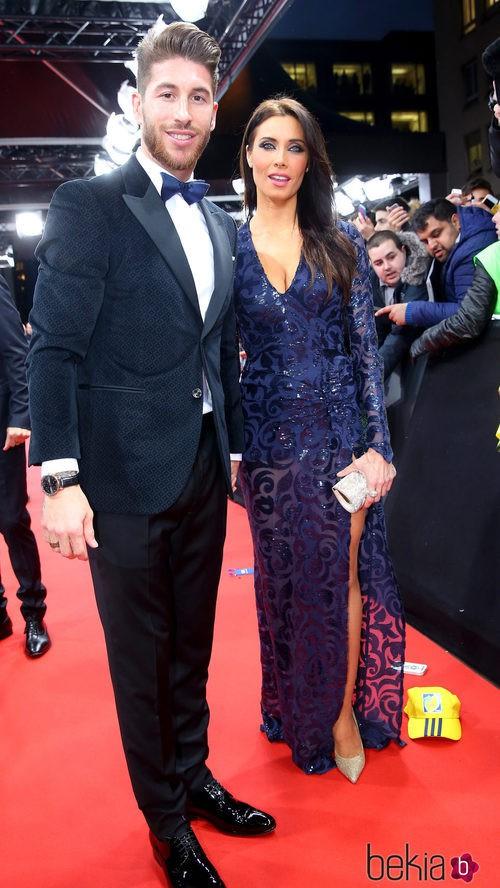 Pilar Rubio con un vestido de corte sirena de color azul metálico con una gran apertura lateral