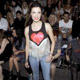 Pilar Rubio luce un top negro con estampado de corazón rojo y flecos blancos