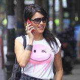 Pilar Rubio combina una camiseta estampada blanca y rosa con una falda animal print gris
