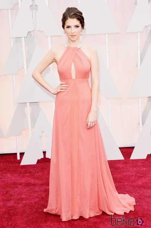 Anna Kendrick posa en la alfombra roja con un vestido de Thakoon