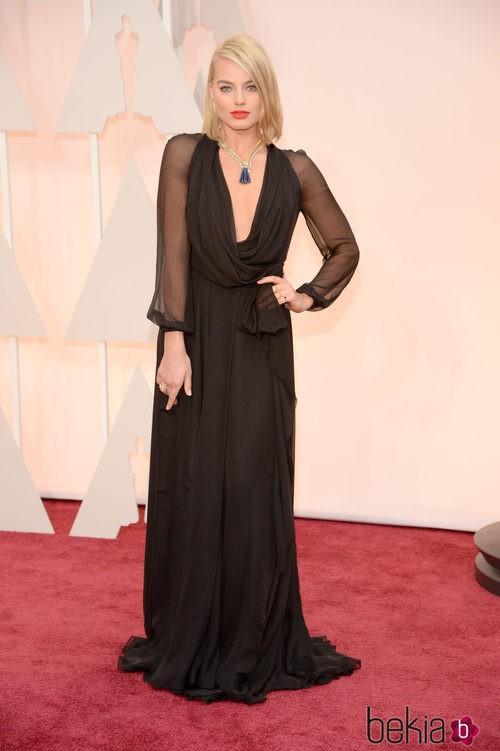 Margot Robbie posa en la alfombra roja con un vestido de Yves Saint Laurent