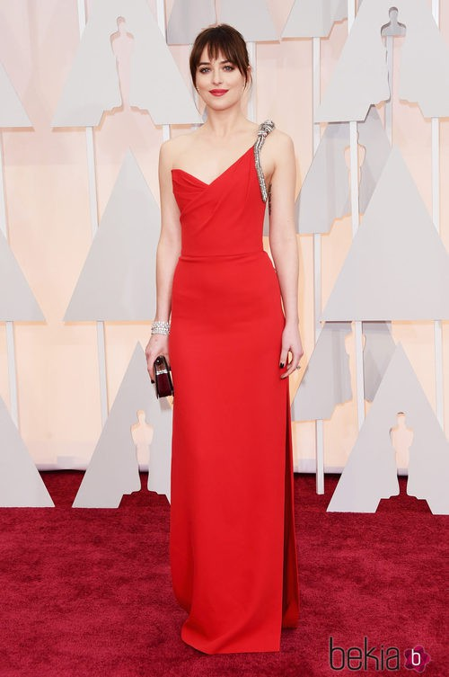 Dakota Johnson posa en la alfombra roja de los Oscar con un diseño de Yves Saint Laurent