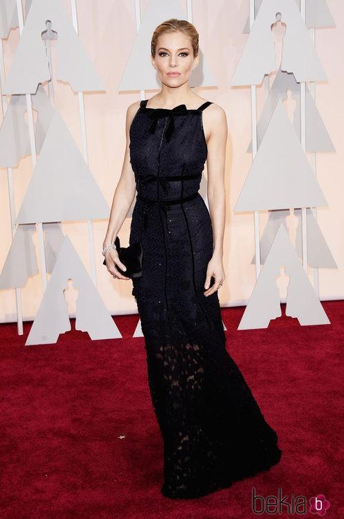 Sienna Miller posa en la alfombra roja con un diseño de OScar de la Renta