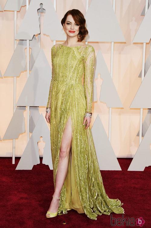 Emma Stone posa en la alfombra roja con un vestido de Chanel