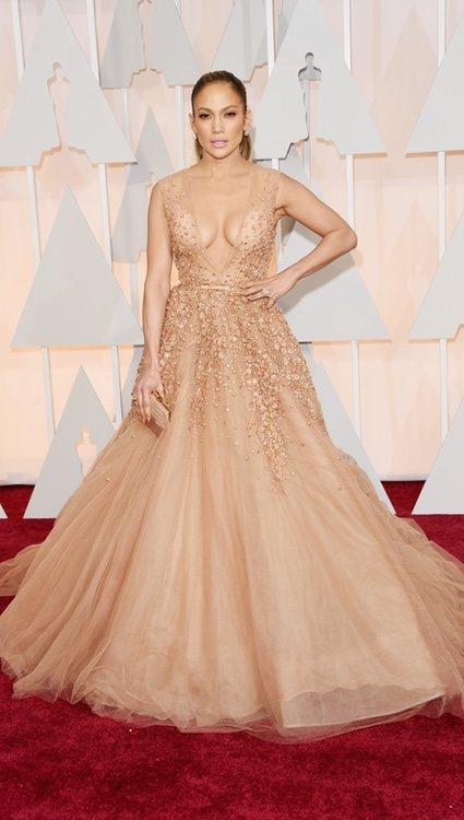 Jennifer Lopez posando en la 'red carpet' de los Oscar 2015 con un diseño de Elie Saab en nude