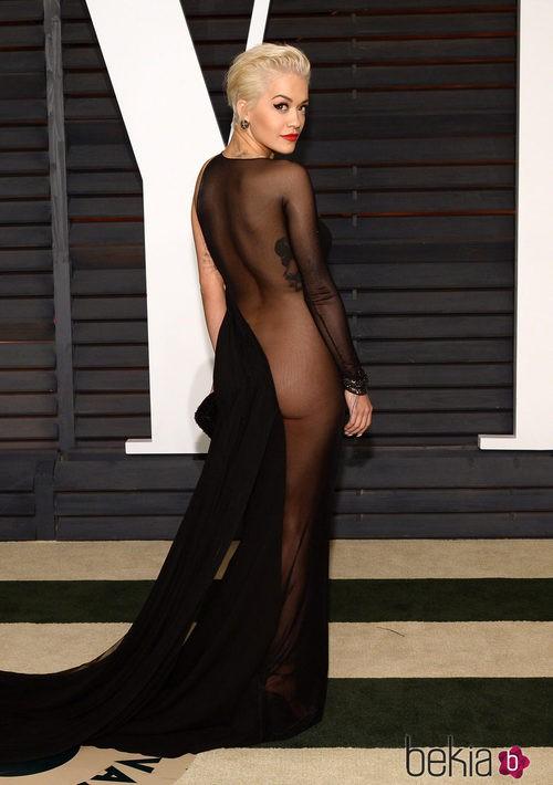 Rita Ora con un vestido de Donna Karan en la fiesta Vanity Fair tras los Oscar 2015