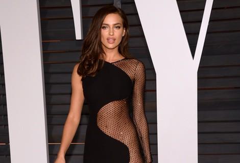 Irina Shayk con un vestido de Versace en la fiesta Vanity Fair tras los Oscar 2015
