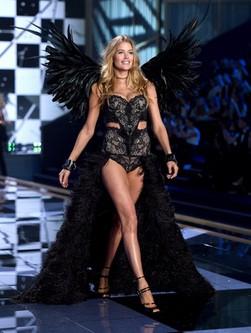 Doutzen Kroes desfilando en la pasarela de Londres para el Victoria's Secret Fashion Show 2015