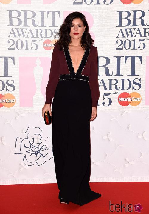 Jessie Ware con un vestido negro y burdeos en los Brit Awards 2015