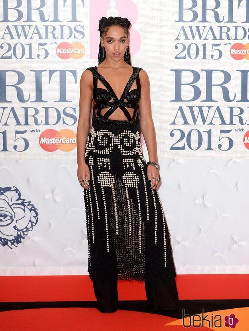 FKA Twigs con un vestido negro brillante en los Brit Awards 2015
