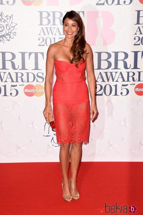 Melanie Sykes con un vestido de encaje coral en los Brit Awards 2015