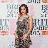 Charli XCX con un vestido de Vivienne Westwood en los Brit Awards 2015