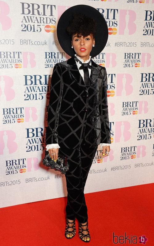 Janelle Monáe con un traje de terciopelo de Armani en los Brit Awards 2015