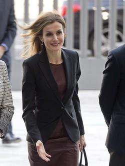 La Reina Letizia con un vestido color marsala de Hugo Boss y zapatos Lodi