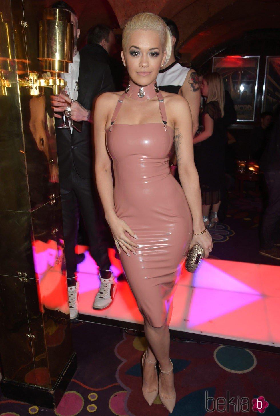 Rita Ora con un vestido de látex rosa en una fiesta organizada por Madonna