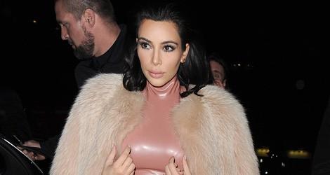Kim Kardashian con un vestido de látex rosa en una fiesta organizada por Madonna