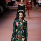 Vestido con bordados en negro y detalles de colores de Dolce & Gabbana en Milán Fashion Week