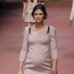 Bianca Balti con vestido en nude de Dolce & Gabbana en Milán Fashion Week