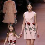 Vestido en rosa con estampados de flores de Dolce & Gabbana en Milán Fashion Week
