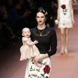 Jersey azul marino y falda blanca de Dolce & Gabbana en Milán Fashion Week
