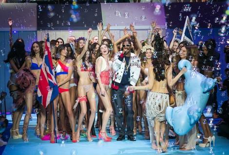 Snoop Dogg con las modelos de Etam en la antesela de la pasarela Paris Fashion Week 2015