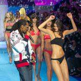 Snoop Dogg bailando con las modelos de Etam en la antesela de la pasarela Paris Fashion Week 2015