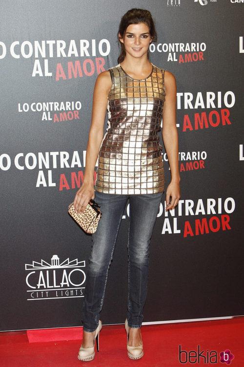 Clara Lago con vaqueros y camiseta dorada en el estreno de 'Lo contrario al amor'