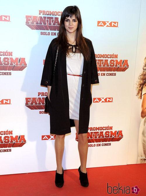Clara Lago con un vestido blanco y un abrigo negro en el estreno de 'Promoción Fantasma'