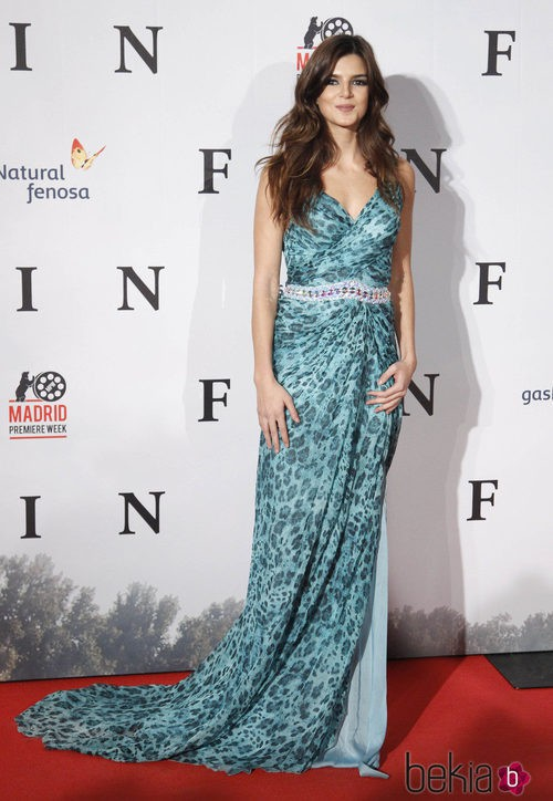 Clara Lago con un vestido 'animal print' en la premiere de 'Fin'