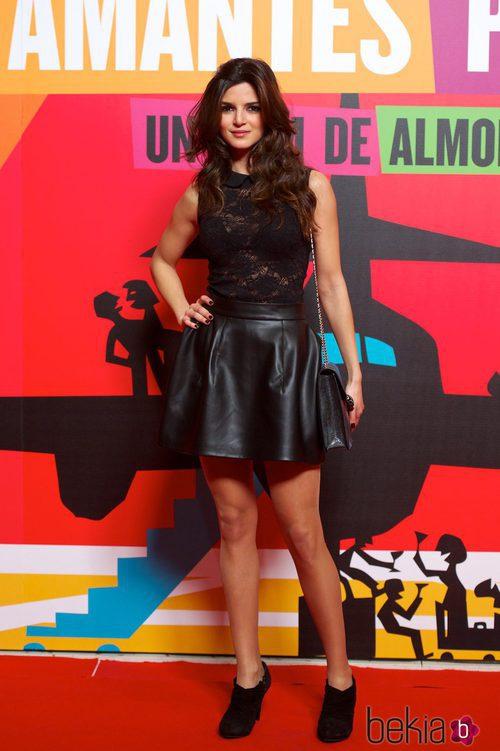 Clara Lago con un look 'total black' en el estreno de 'Los amantes pasajeros'